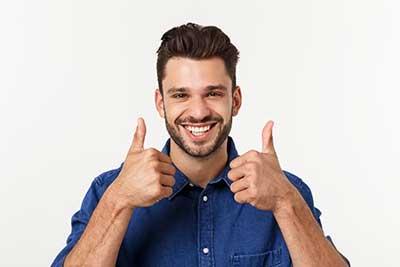 thuiswerken positive man met twee duimen omhoog