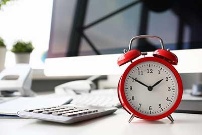 Thuiswerken wekker op werkplek