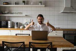 Thuiswerken man werkt vanuit huis